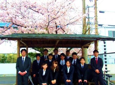 桜と新人さん記念撮影.jpg